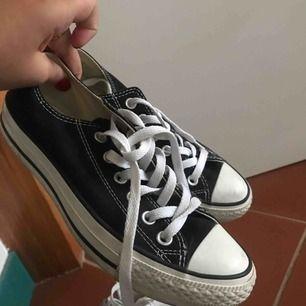 Svarta låga Converse i väldigt bra skick, använda ca 3 gånger! Kan tänka mig gå ner i pris vid snabb affär, möts upp i Stockholm eller köparen står för frakt :)