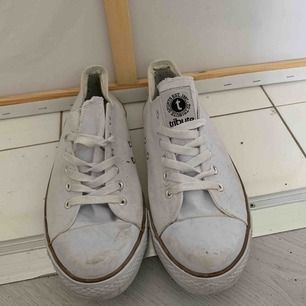 Snygga skor. Lite slitna men går att tvätta dom.