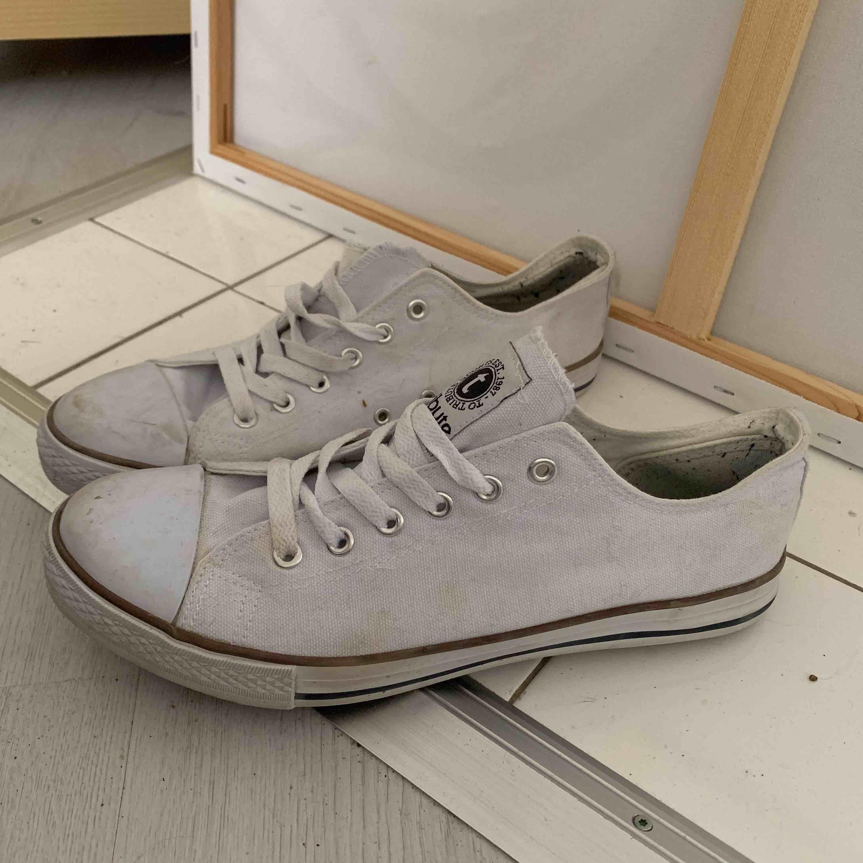 Snygga skor. Lite slitna men går att tvätta dom.. Skor.