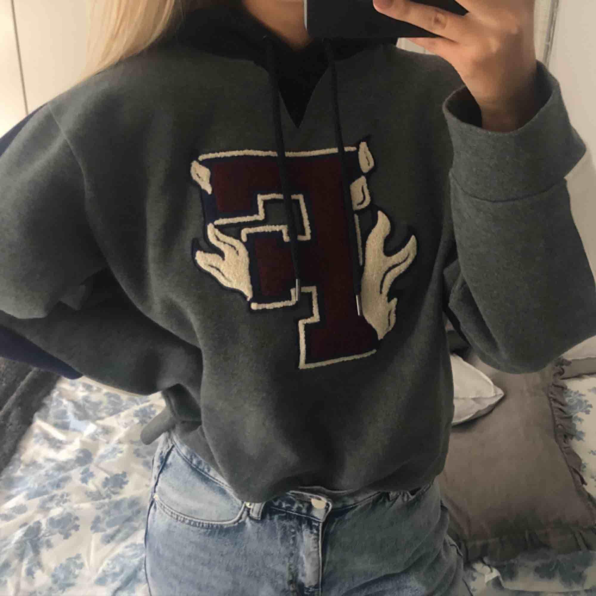 """Hoodie från Puma Fenty by Rihanna. Modellen heter """"Hooded panel sweatshirt"""". Endast testad, därav nyskick. Storlek XS men är oversized i modellen. Nypris ca 1500 men är svår att få tag på💫. Huvtröjor & Träningströjor."""