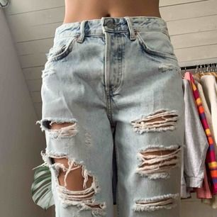Ascoola slitna jeans! Använda ca 2 ggr och i bra skick men det största hålets trådar sitter inte ihop längre. Säljer pga att de inte kommer till användning. Priset är inkl frakt☺️