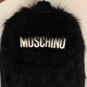 Sjukt snygg jacka från Moschino x H&M i fuskpäls. Endast testad. Nypris är 2000 kr men går inte att få tag på längre då det är ett designsamarbete.