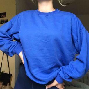 Asball blå sweatshirt köpt på humana. Perfekta fiten! Har själv storlek XS-S, skulle säga att den passar de flesta beroende på hur man vill att den ska sitta. 🥰