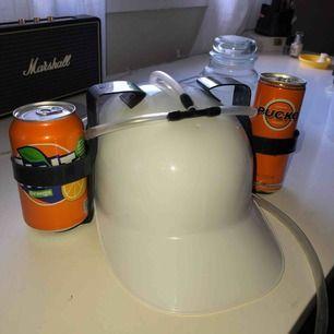 Vit drick hatt. Passar perfekt när man ska gå ut på en match eller om ska kolla på film och man orkar inte dricka från händerna. Jag köpte den från teknikmagasinet, knappt använt den, säljer den för 89kr (ord.pris 169kr).🥤🍻 #hat