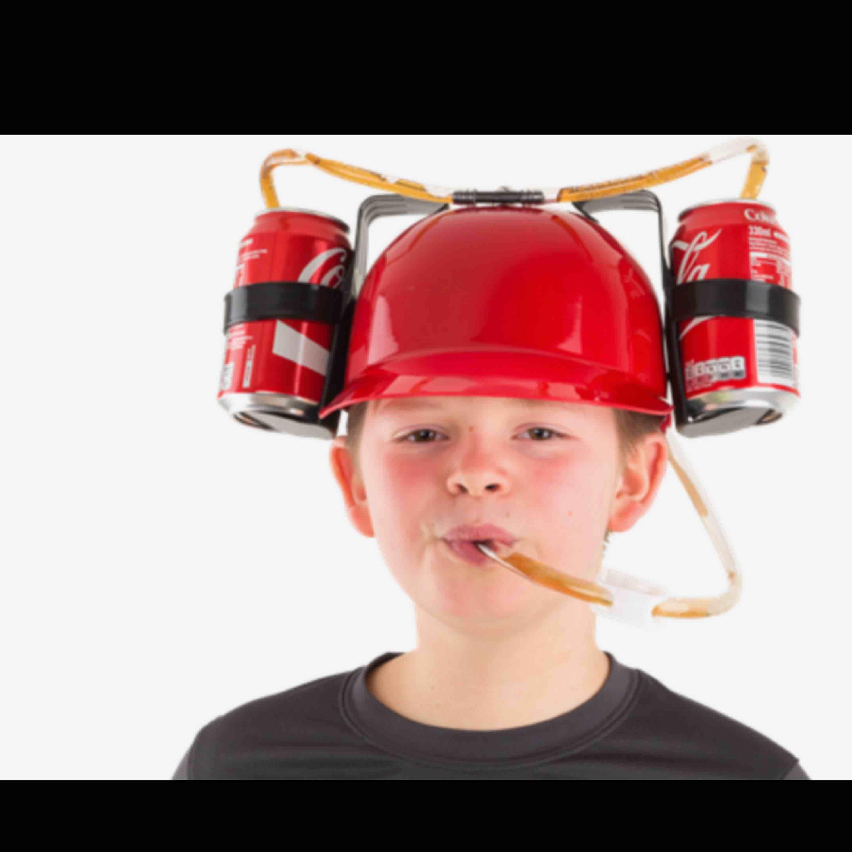 Vit drick hatt. Passar perfekt när man ska gå ut på en match eller om ska kolla på film och man orkar inte dricka från händerna. Jag köpte den från teknikmagasinet, knappt använt den, säljer den för 89kr (ord.pris 169kr).🥤🍻 #hat . Accessoarer.