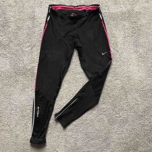 Nike original comfortable running leggings. Många bra detaljer. Bak ficka, nät tyg för bakre knä, dragkedja nedtill, knytning i midjan för storleks byte. Nypris för dessa är runt 1000 lappen.  Frakt tillkommer 72kr eller möts upp i Stockholm