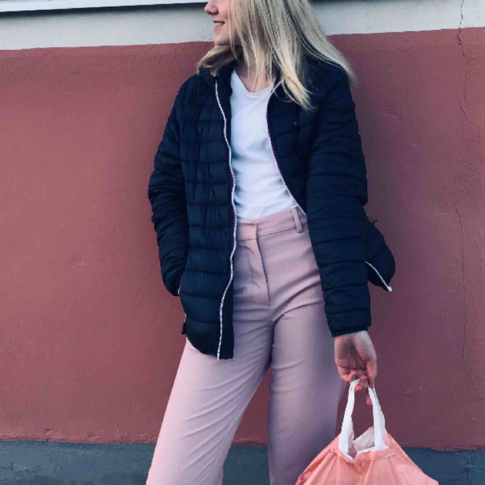 Rosa kostymbyxor 💖💓 använd en gång, så nyskick! Passar M och S. Jeans & Byxor.