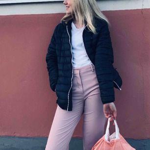 Rosa kostymbyxor 💖💓 använd en gång, så nyskick! Passar M och S