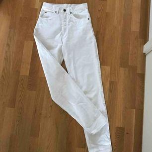 Jäääättefina vintage vita mom jeans med ett rött märke på bakfickan. Är jättebra skick med en nyligen bytt gylf! Säljer för att de är för små :/ kan mötas upp i Sthlm eller frakta, köparen står för frakt :)