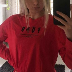 Röd oversized long sleve T-shirt från Puma exclusive. Passar från XXS till M beroende på hur du vill att den ska sitta💛 tar bara swish, frakten kan diskuteras :)