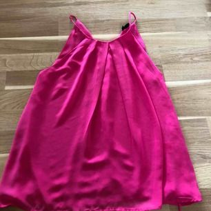 Snyggt linne i en djup rosa färg