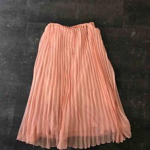 Superfin plisserad kjol strl XS, passar även storlekar över det då den är så pass stretchig. Något ljusare rosa i verkligheten.