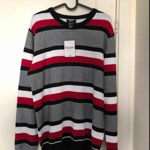 En svart, vit & röd randig ifrån Forever 21  I superbra skick aldrig använd, prislapp sitter kvar