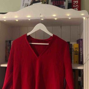 Röd blus från Zara, med slits nere (se andra bilden). I fint skick. Köparen står för frakten!