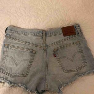 Säljer mina Levis-shorts då de tyvärr är för stora för mig:(( Supersnygga och lätta att matcha till! 😍 Frakten kostar 20 kr💗💗
