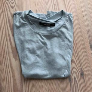 Jättefin t-shirt från bikbok strl XS. Den ör ljusblå men syns inte så tydligt på kameran
