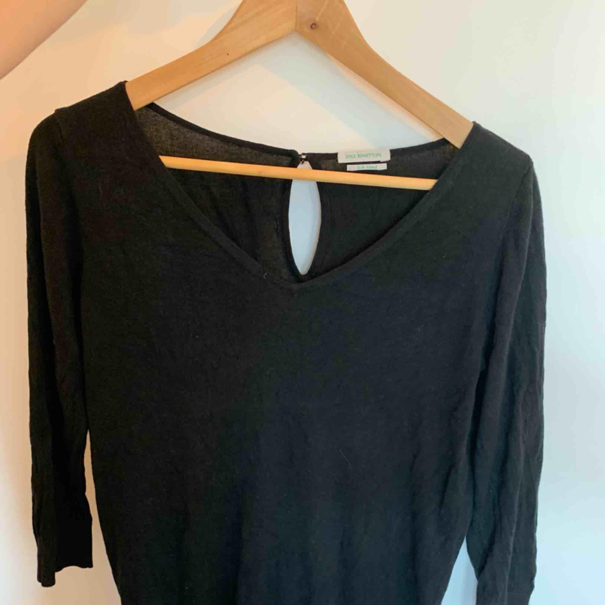 Jättefin svart tröja med en liten sten i nacken i storlek M. I fint begagnat skick. Skön nu på tidiga hösten då den inte är jättevarm . Tröjor & Koftor.