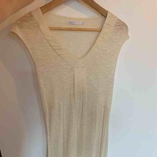Söt beige klänning i tunt och skönt typ som faller fint i storlek s. Denna klänning är aldrig använd så mycket fint skick.