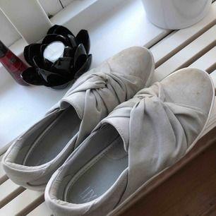 Fina skor ifrån skohuset, lite smutsiga men annars i väldigt fint skick😊säljer för 100 kr(ink frakt)