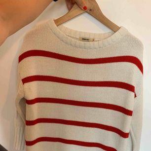 Stickad jättefin röd vit tröja i storlek S. Använd några fåtal gånger så i mycket fint skick. Superskönt till hösten