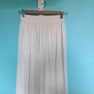 Fin lång gräddvit chiffong-kjol från American Apparel!
