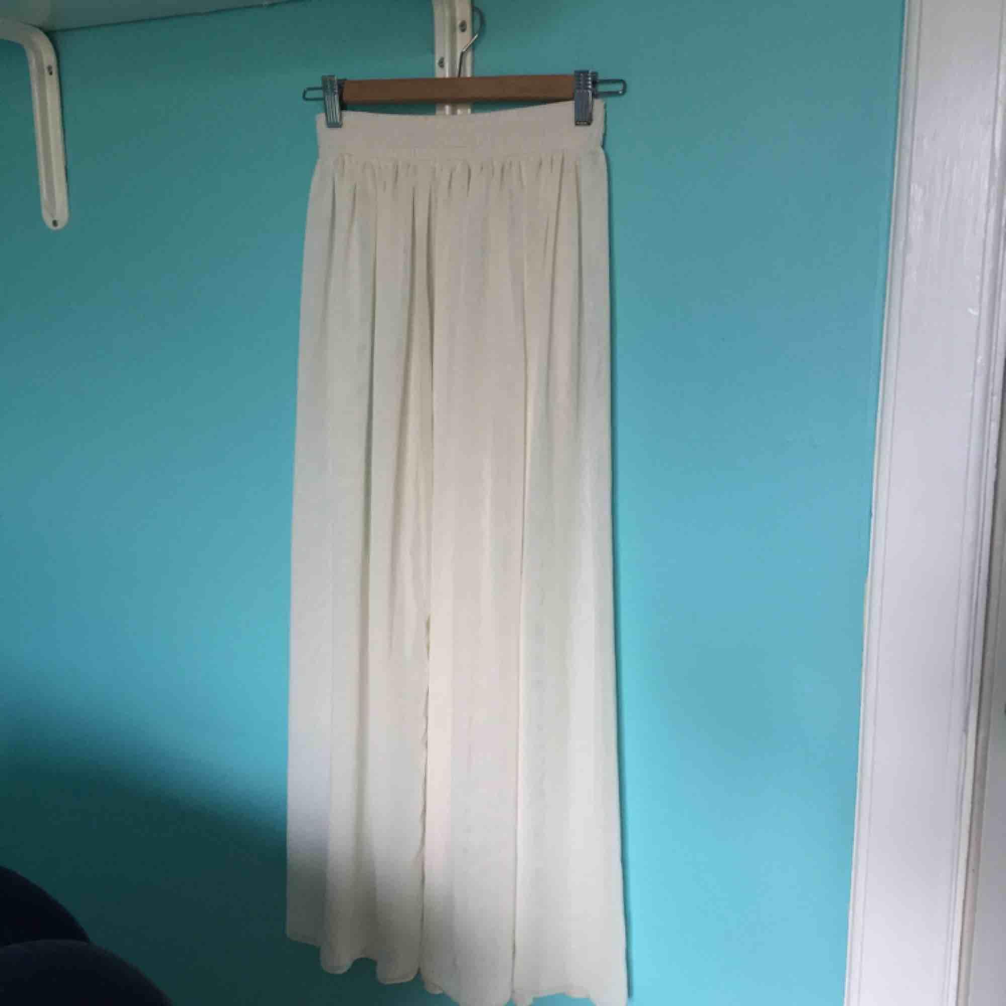 Fin lång gräddvit chiffong-kjol från American Apparel! . Kjolar.
