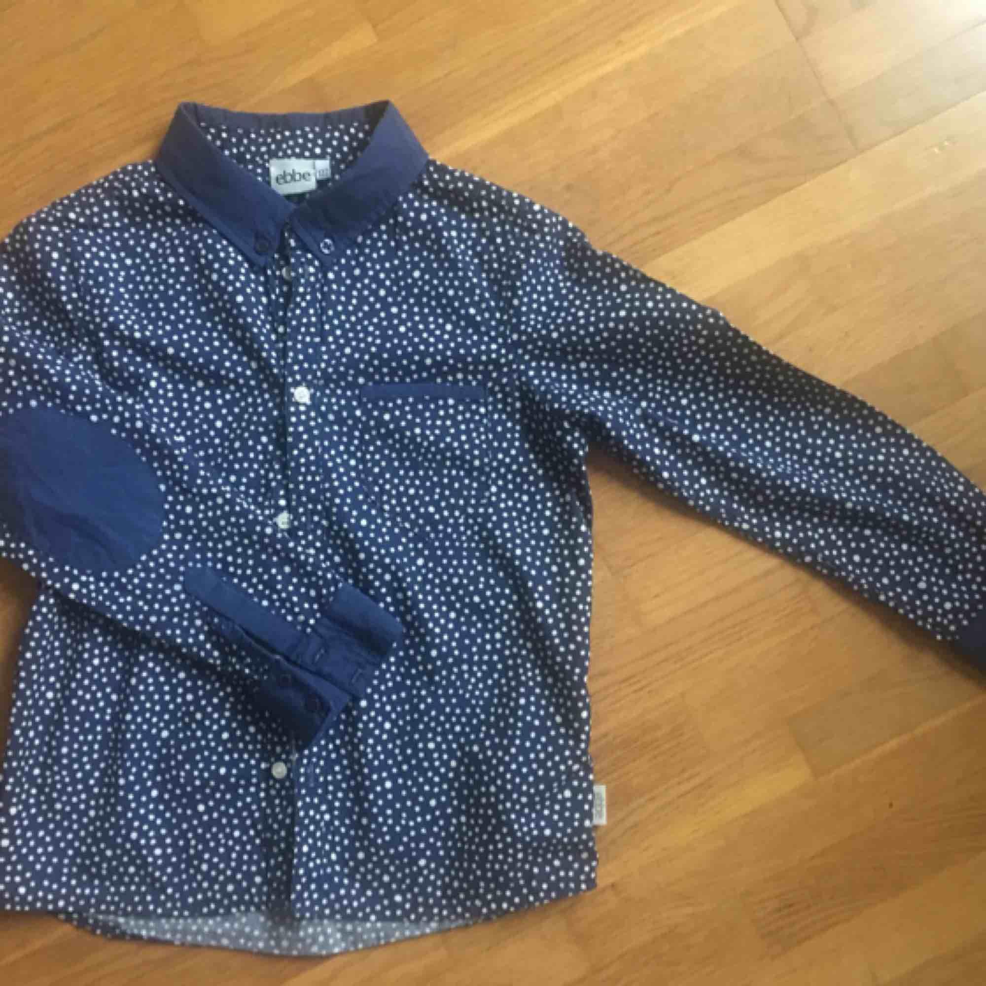 Ebbe skjorta, marinblå med vita prickar, storlek 122, mycket fint skick. Skjortor.