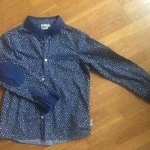 Ebbe skjorta, marinblå med vita prickar, storlek 122, mycket fint skick