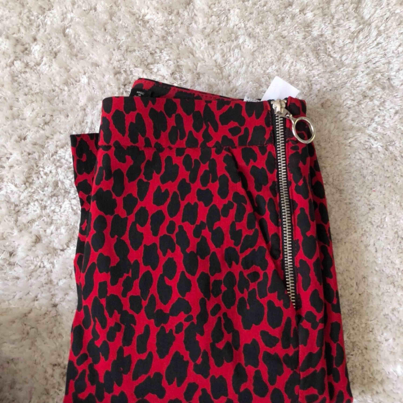 Ett par röda leopardbyxor från Zara Strl XS Sitter supersnyggt!. Jeans & Byxor.