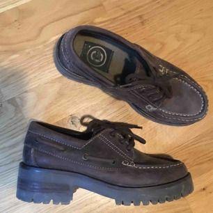 """Snygga skor med """"chunky"""" klack. Används inte längre, fint skick"""
