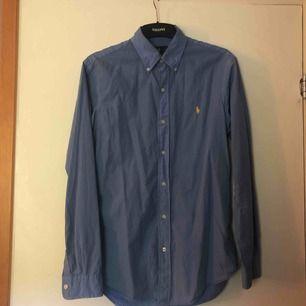 Blå Ralph Lauren skjorta, inga flaws, bra skick  Tveka inte att fråga om du undrar över nåt! :)