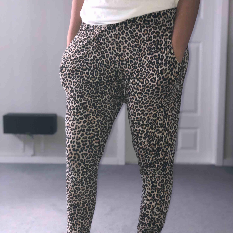 Leopard mjukisbyxor, sköna och bekväma ha på sig. Märket Lindex, S-M  Vill ha? Skriv!!!🤩. Jeans & Byxor.