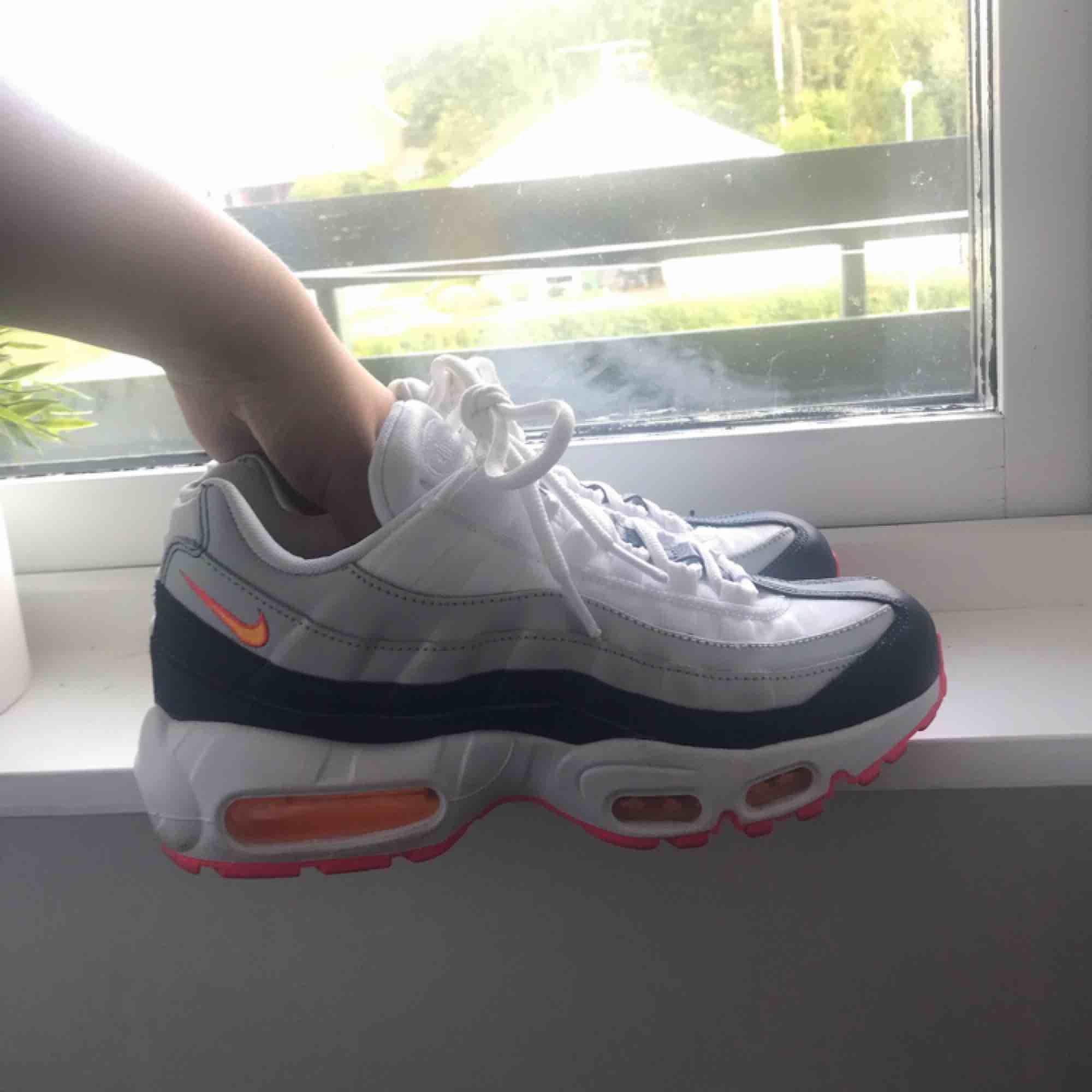 Säljer mina Nike air max 95, använda 2ggr. Kommer inte till användning! Nypris 1799:- Passar mig som har storlek 38! Säljer för 700:- inkl spårbar frakt!🥰 . Skor.