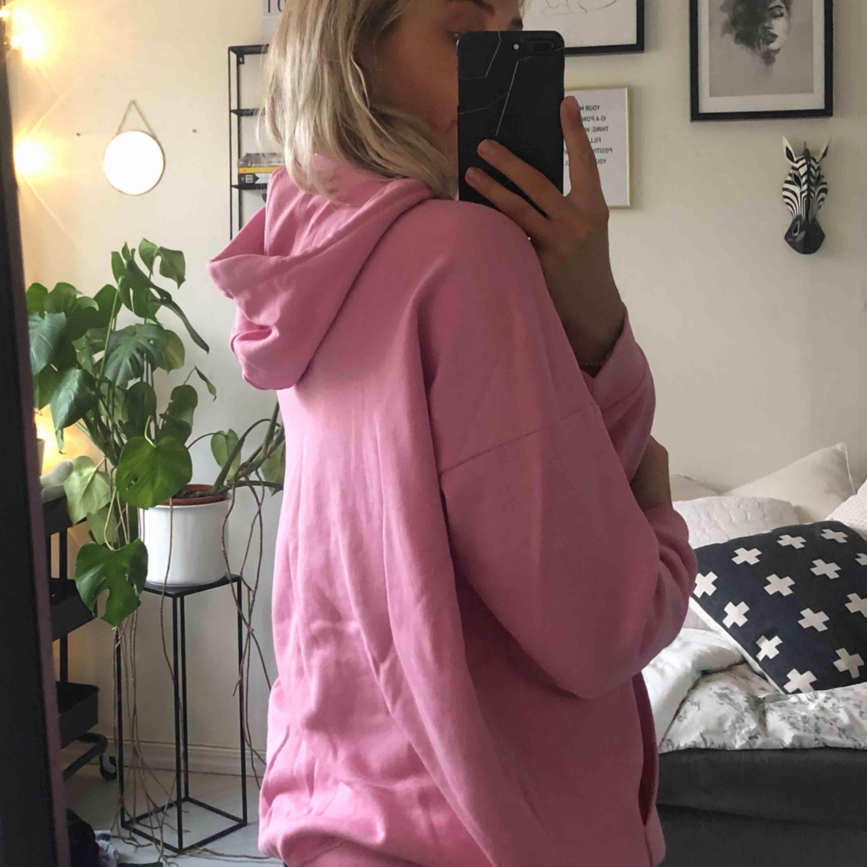 Rosa oversized hoodie från monki 💗 aldrig använd. . Huvtröjor & Träningströjor.