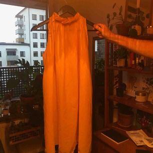 super härlig orangegul klänning! riktig solfärg! Kan mötas upp eller frakta! Men köparen står för frakt ✨💚