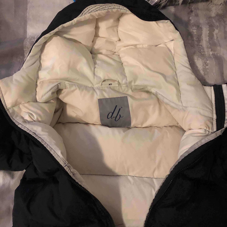 En Svart D brand jacka som köptes förra vintern men användes bara några få gånger Skicket är extremt bra, inga skador eller smuts nånstans. Jackor.