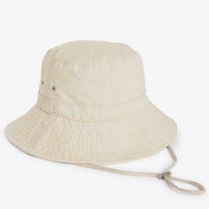 Beige buckethat från Monki som nästan aldrig är använd. Köpt för 180, säljer för 90kr inkl frakt. (aningen mörkare i färgen irl)