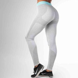 Äkta Gymshark leggings i modellen Flex. Väldigt stretchiga i materialet så passar även som M. Använda väldigt sällan och är som nyskick.
