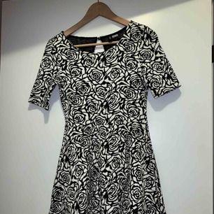 Jätte fin klänning, går ner för halva låret. Använd ca 2-3 ggr! Frakt tillkommer💫