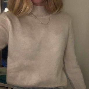 Fin stickat vit tröja med liten krage Skönt material, sitter fint på Köpt på JC för 600kr Använd 1 gång