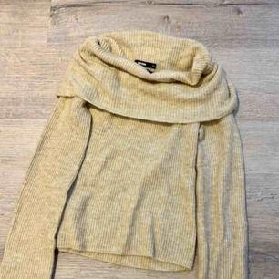 En mysig stickad off shoulder tröja från bik bok som är i en jättefin färg! Kommer tyvärr inte till användning, bara använd 1 gång🥰 Köparen står för frakt💕skriv för mer information