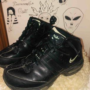 En äldre version av Nike Air, svarta med neongröna detaljer. Skitsnygga, men kommer tyvärr inte till så mycket användning. Köparen står för frakt men möts även upp i Stockholm 🖤