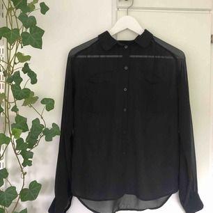 Supercool skjorta/blus från Monki! (Hyfsat transparent) Sparsamt använd! Jag kan mötas upp i Lund, annars står köparen för frakt🥰