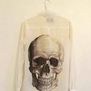 See through skjorta med dödskalle på ryggen från Carlings! Stor i storleken. Skickas mot frakt eller möts upp på Östermalm ✨
