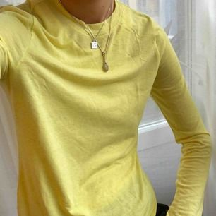 Citron gul nästan neon långärmad t-shirt från Weekday. Aldrig använd, helt ny. Storlek S (34/36) Går att hämtas på Söder, annars tillkommer frakt på 50 kr.