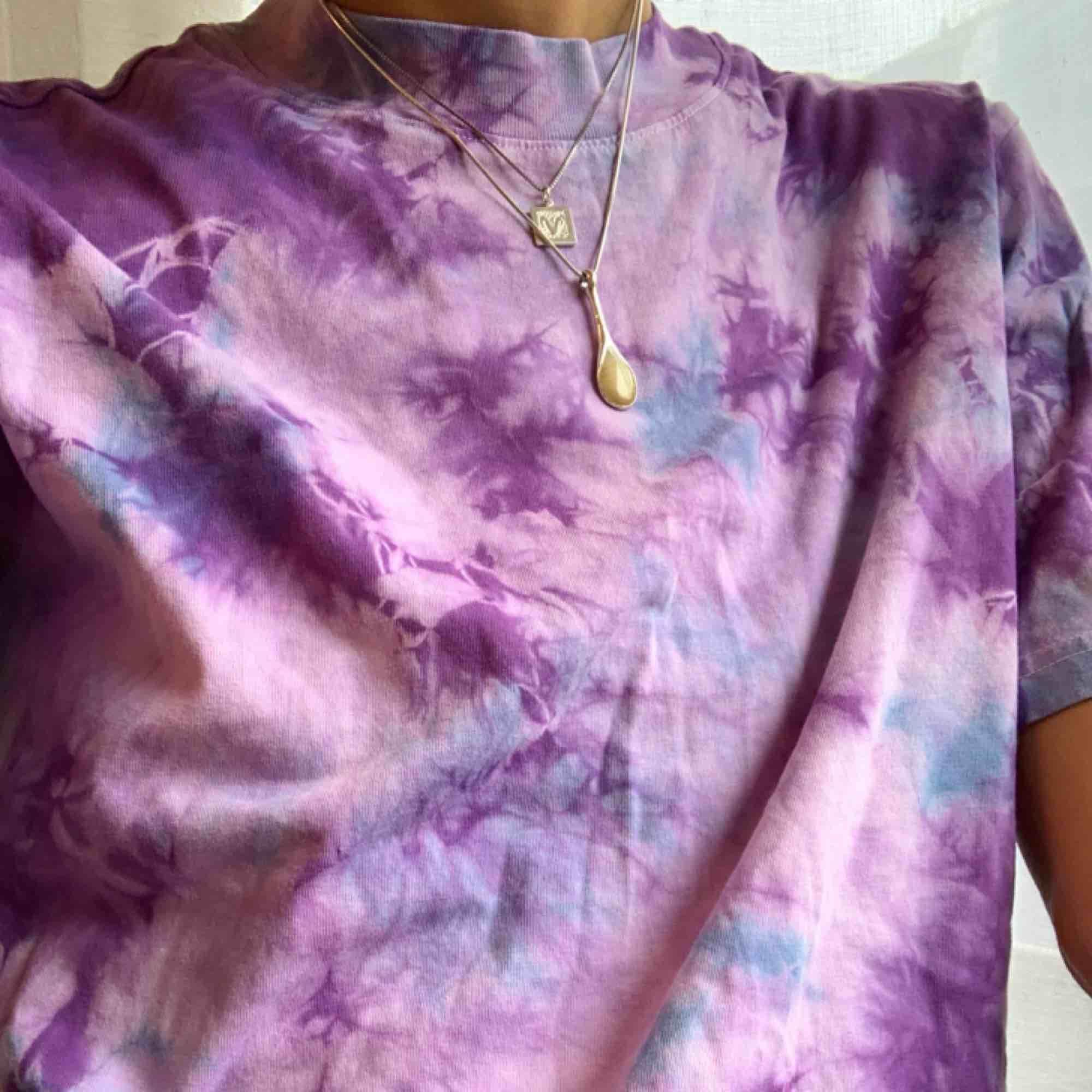 Tie dye / Batik t-shirt, färgad av mig, men på en Weekday t-shitt. Lite oversized på mig och aldrig använd. Storlek S (34/36) Går att hämtas på Söder, annars tillkommer frakt på 30 kr. . T-shirts.