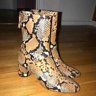 Säljer dessa snygga boots från zara, fejk ormskinn storlek 39. Superbekväma, lätta att gå i och oslitna  Tidigare pris: 799kr