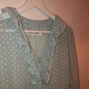 Härlig tunn klänning i supersöt ljusblå färg. Använd en gång bara. Frakten betalar du, annars kan vi ses i Stockholm<3