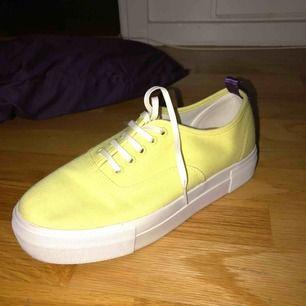 Säljer eytys sneakers i gul färg storlek 39, använda 1 gång.  Orginalpris 1000kr, priset är diskuterbart!