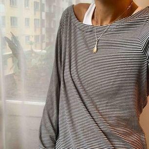 Randig långärmad t-shirt från Banana Republic. Säljer på grund av att den tyvärr är för stor för mig :( Storlek 38 / 40. Går att hämtas på Söder, annars tillkommer frakt på 50 kr.
